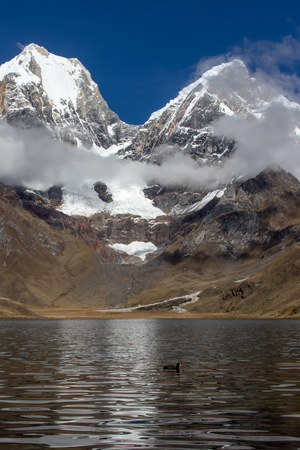 Panoramic view from the western end of Lagua Carhuacocha to Mount Yerupaj?, Andes Mountains, Peru 版權商用圖片