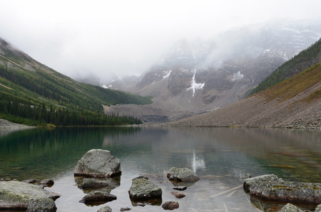 Rocks and Mountains at the Consolation Lakes on a rainy and cloudy day. 스톡 콘텐츠