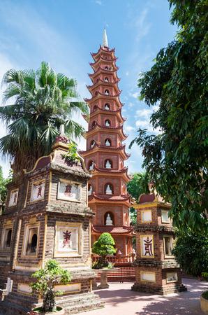 チャン コック パゴダは、ハノイ最古の仏教寺院です。それは西の湖の島にあります。 写真素材