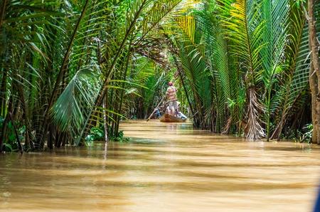Traditionele kanoën op een kanaal in Can Tho provincie in de Mekong Delta in Vietnam.
