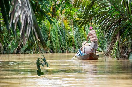 カントー省ベトナムのメコンデルタの運河の伝統的なカヌーです。