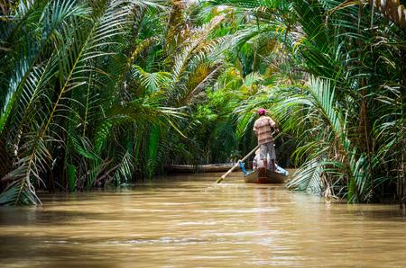 Traditionele kanoën op een kanaal in Can Tho provincie in de Mekong Delta in Vietnam. Stockfoto - 82437038
