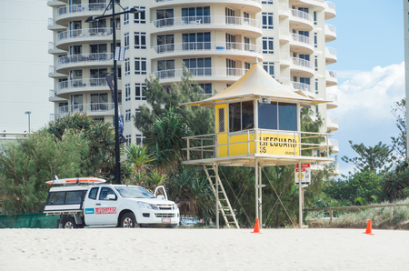 Gold Coast, Australia - July 11, 2017: lifeguard observation tower and patrol vehicle in Surfers Paradise. 新聞圖片
