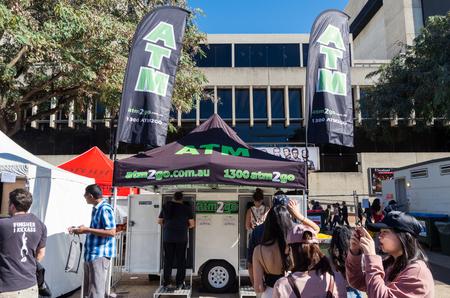 브리즈번, 호주 -2011 년 7 월 9 일 : 브리즈번 사우스 뱅크에서 프랑스 축제 ATM2Go에서 2017 : 모바일 ATM