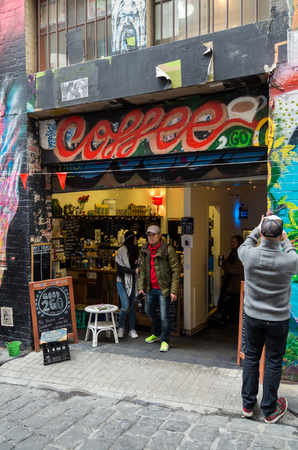 Melbourne, Australia - August 8, 2015: Good 2 Go Coffee is a social enterprise in Hosier Lane operated by Youth Projects to help unemployed young people. 新聞圖片
