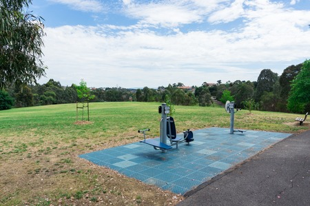 Public exercise equipment in Jenkins Park in suburban Templestowe in Melbourne, Australia Foto de archivo - 118704429