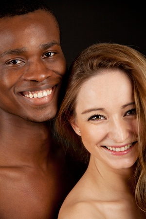 dark skin: giovane bella donna caucasica con un uomo con gli amanti della coppia scure della pelle