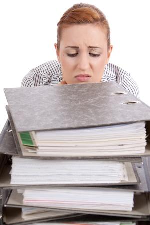 unbelievable: mujer de negocios en la oficina de mira carpeta de pila incre�ble aislado en blanco