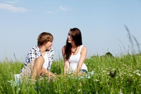 junge Paar im Freien im Sommer auf Decke in der Liebe