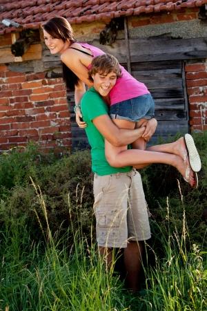 junge Paar in der Liebe lächelnd und Spaß im Sommer im Freien