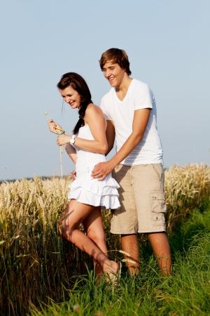 gelukkige paar in de liefde buiten in de zomer op het veld met plezier