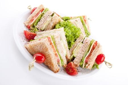 mayonesa: Club sándwich fresco sabroso con el jamón lechuga queso y pan tostado aislados en fondo blanco