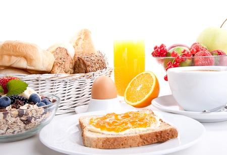 ontbijttafel met toast en oranje jam geïsoleerd op witte achtergrond Stockfoto