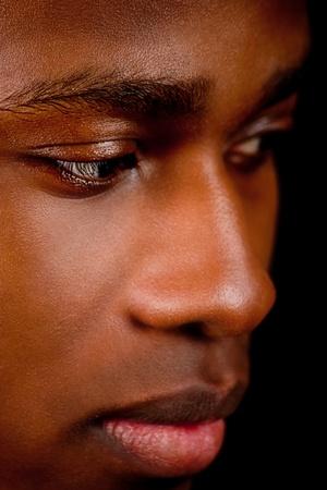dark skin: giovane uomo africano afro con la pelle scura su sfondo nero
