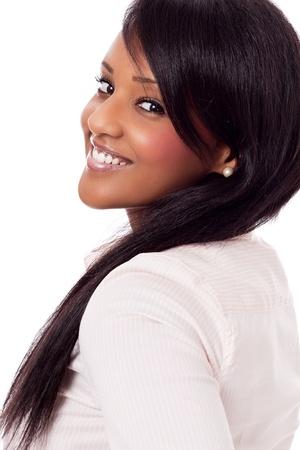 jonge Afrikaanse vrouw met zwarte huid geïsoleerd op witte achtergrond