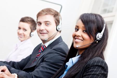 lachend callcenter agent met headset support hotline Stockfoto
