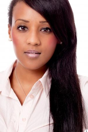 lachende jonge aantrekkelijke Afrikaanse vrouw portret geïsoleerd op een witte achtergrond