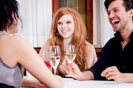 glücklich lächelnde Menschen im Restaurant trinken reden Spaß