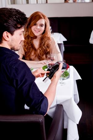 레스토랑 남자와 신용 카드로 여성 임금 저녁 식사