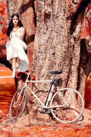 schöne junge Brünette Frau im Freien rot Sommer Herbst Landschaft