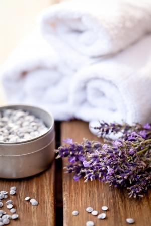 frischem Lavendel weißen Handtuch und Badesalz auf hölzernen Hintergrund Wellnessbereich Gesundheitswesen Lizenzfreie Bilder