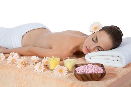 junge attraktive smilig Frau tun Wellnessbereich entspannende Massage Standard-Bild
