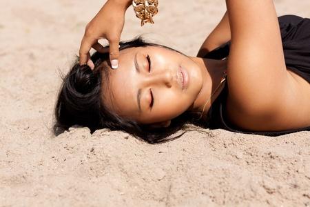 labios sexy: hermosa mujer asi�tica con maquillaje colorido en la playa retrato de la belleza del verano
