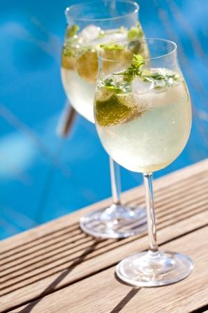 zomers drankje: hugo prosecco vlierbloesem soda ijs zomer drankje buiten aperitief