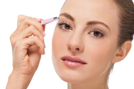 pinzas: youtg hermosa mujer depilarse las cejas pinzas ojos pelo primer retrato Foto de archivo