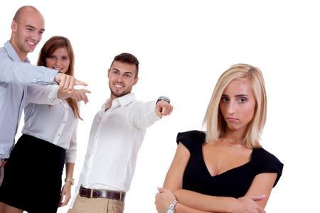 jonge zakenvrouw pesten mobbing door team geà ¯ soleerd op wit portret Stockfoto