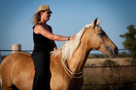 coreografia: joven mujer de entrenamiento de caballos fuera en la coreograf�a de verano
