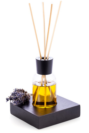 aromatický: aromatický levandulový olej voní objekt na bílém pozadí aromaterapie