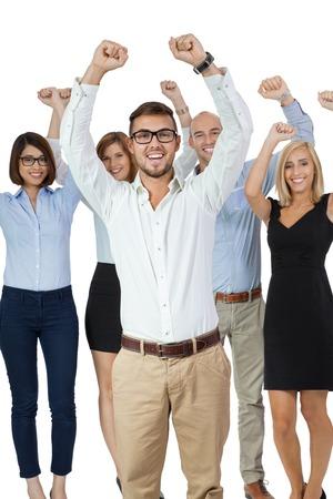 Erfolgreiche Business-Team von unterschiedlichen jungen Führungskräfte stehend jubeln und ihren Erfolg mit einer attraktiven jungen Geschäftsfrau oder Teamleiter im Vordergrund feiern, auf weißem