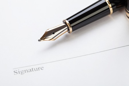 macro closeup sign document contract pen filler white background blank Banque d'images