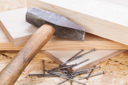 joinery: Mallet con chiodi e assi di legno nuovo di spessore variabile in un concetto di carpenteria, falegnameria, bricolage e edilizia Archivio Fotografico
