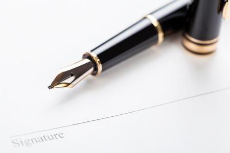 macro close-up teken document contract pen filler witte achtergrond blanco Stockfoto
