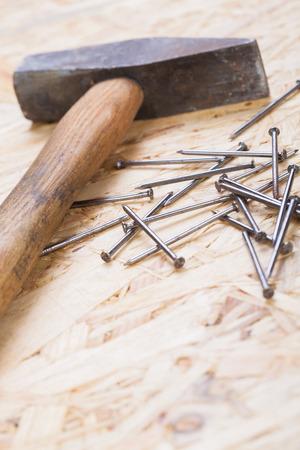 joinery: Mallet con chiodi e tavole di legno nuovo di spessore variabile in un concetto di carpenteria, falegnameria, bricolage e costruzione