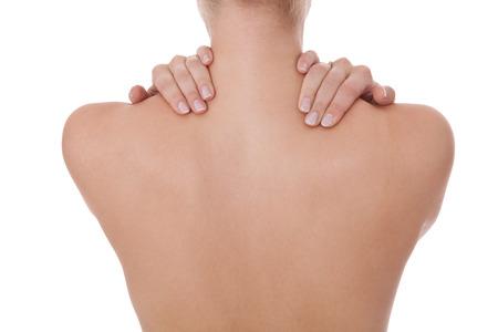 Vrouw staan afgekeerd streelde haar blote schouder en gelooide afgezwakt terug met haar vingers in een sensuele portret van een naakt vrouwelijke rug en wervelkolom, geïsoleerd op wit