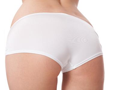 Reizvolle weibliche Gesäß angesehen low angle hautnah in weißen Höschen mit einer verlockenden kurvige Figur, Torso getrennt auf Weiß Standard-Bild - 31336827