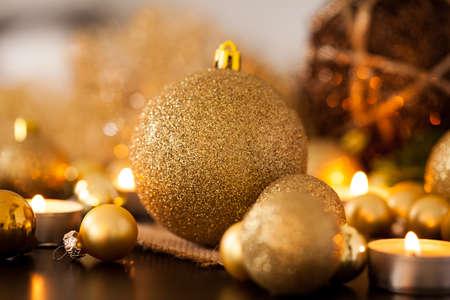 velas de navidad: Oro caliente y fondo rojo con velas de Navidad con la quema de velas de té entre oro azar y adornos de color rojo en una luz brillante cálida con copyspace