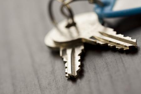 llaves: Macro Foto de conceptuales claves de la casa en la cima de la tabla de madera Foto de archivo