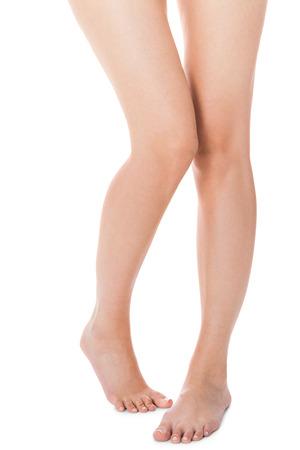 jolie pieds: �l�gantes crois�es � long nues jambes galb�es femmes pieds nus vus d'en haut isol� sur blanc avec copyspace