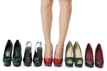 Cierre de Flawless Piernas de la mujer en brillantes rojos Zapatos de tacón alto de pie entre Otros Tacones altos elegantes. Aislado en el fondo blanco.