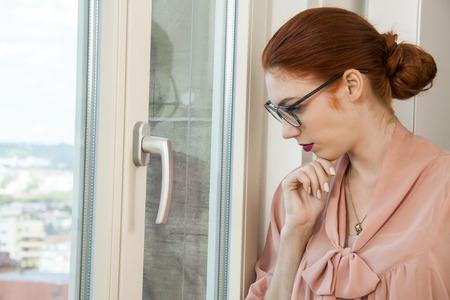 dudando: Cierre de Graves Mujer Bonita Oficina de visita elegante traje mirando hacia afuera por la ventana de cristal