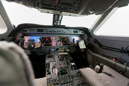 Inside view Cockpit G550 met blauwe lucht en de wolken