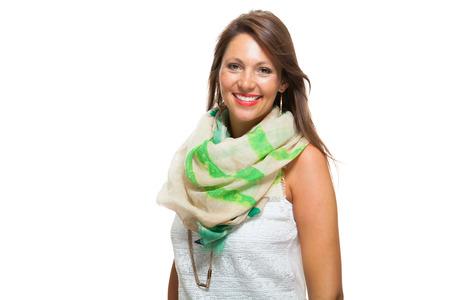 Close-up Vrolijke Mooie Jonge Vrouw in Witte Mouwloos shirt met sjaal, lachend naar de camera terwijl haar taille, geïsoleerd op witte achtergrond.