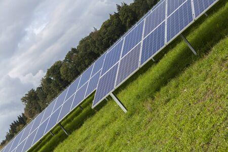 silicium: Field with blue siliciom solar cells alternative energy to collect sun energy