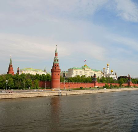 moskva river: The Moscow Kremlin is a historic fortified complex at the heart of Moscow, overlooking the Moskva River (to the south), Saint Basils Cathedral and Red Square (to the east) and the Alexander Garden (to the west) Stock Photo