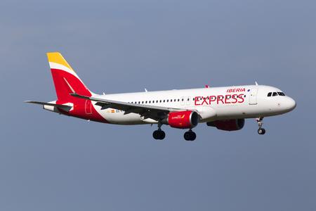 Borispol, Ucraina - 25 maggio 2018: Aeromobili EC-LYE Iberia Express Airbus A320-200 sullo sfondo del cielo blu. Solo uso editoriale Editoriali