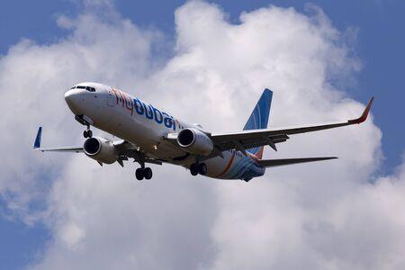 Borispol, Ucrania - 07 de junio de 2019: avión A6-FEJ flydubai Boeing 737-8KN (WL) en el fondo del cielo nublado Editorial
